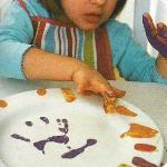 раскрасьте тарелку пальцами